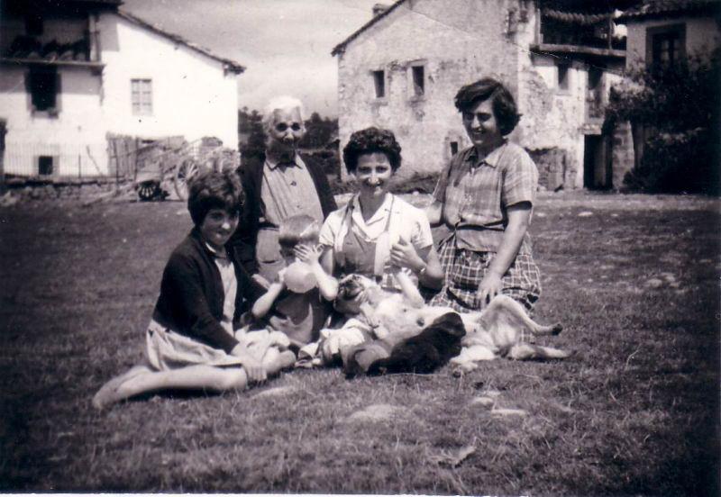 065.- 1961 aprox. - Nieves, Presen, Tia Julia, Marivi y Fernando con la Tani