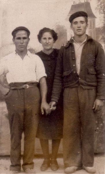 029.- 1946 aprox. Vitorino, Miguel y Consuelo
