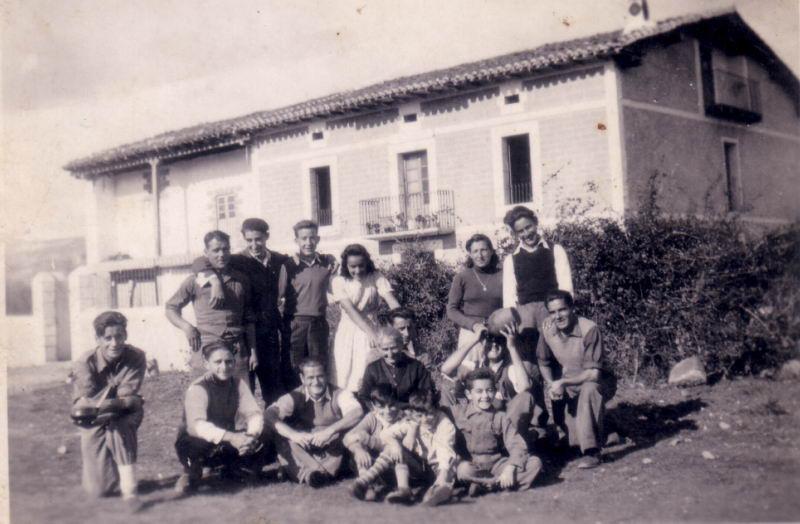 018.- 1942 aprox. - Grupo de gente en el campo