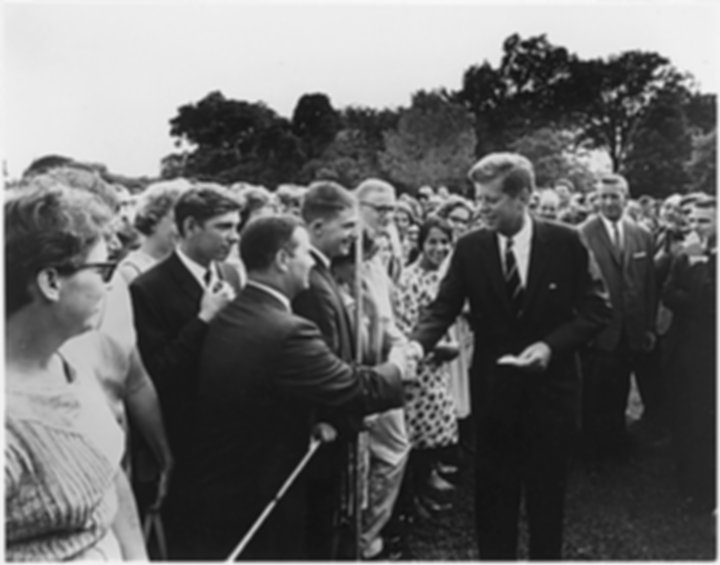 Kennedy_greeting_Peace Corps_volunteers,