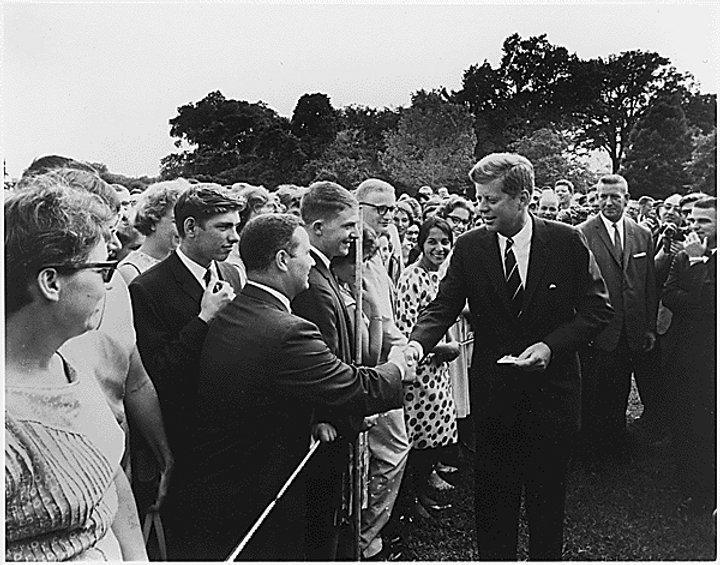 Kennedy_greeting_Peace Corps_volunteers,