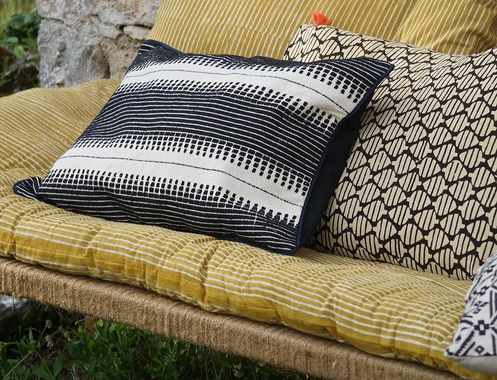 coussin brodé/coussin noir et blanc/coussin vintage/coussin laine/housse de coussin Inde/coussin inde/artisanat inde/coussin