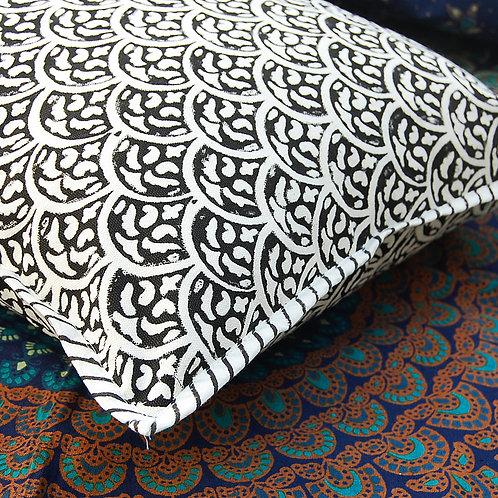 coussin noir blanc Square Canvas Sofa/Bed Cushion Covers Pillow la maison générale boutique Merci Paris linge de maison