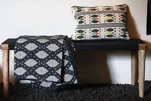 Housse de coussin noir et  blanc motif noir et couleurs sur fond blanc