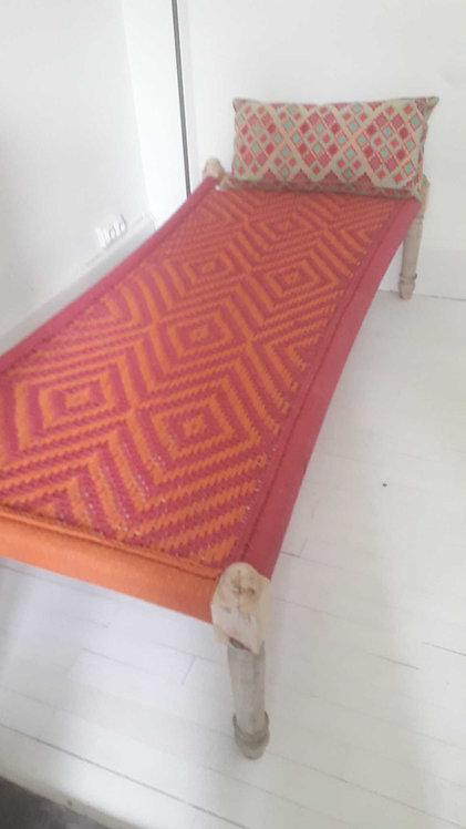 Lit charpoy 180x85 cm pieds tournés/lit indien tressé rose et orange