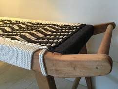 Banc charpoy design à poignées, noir et blanc, bout de lit