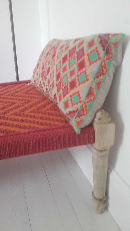 Banquette charpoy pieds tournés/lit indien tressé corde et coton/rose e