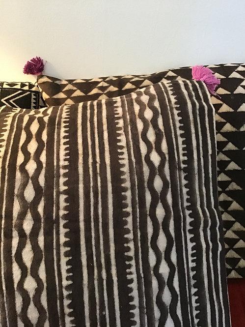 Coussin batik noir et blanc/coussin chocolat/coussins batik/coussins caravane/coussins maison du monde/coussins  hand blocks
