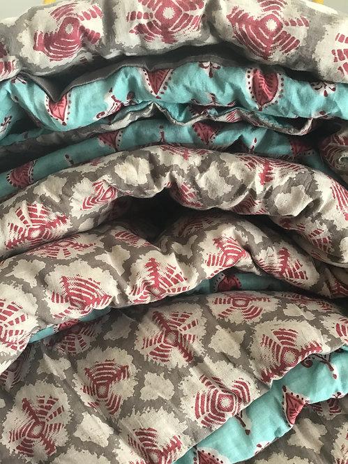 Edredon/courtepointe léger tout coton réversible tons turquoise gris et rou