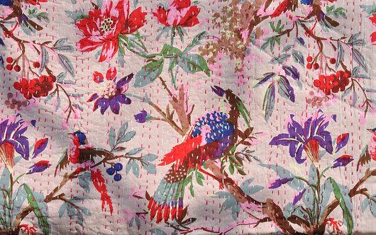Couvre lit piqué main ou parure de lit motif d'oiseaux fond rosé