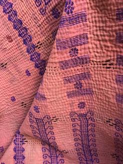 Tissu brodé vintage rose