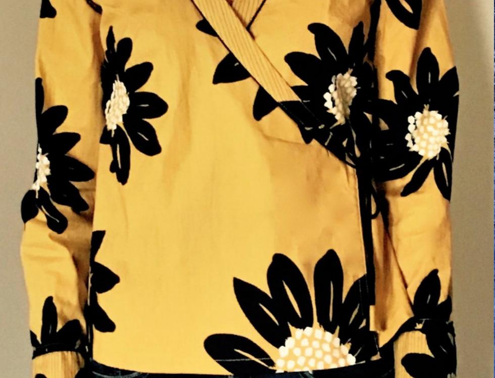 """Chemisier croisé """"Kimono"""" motif grandes fleurs noires sur fond safran"""