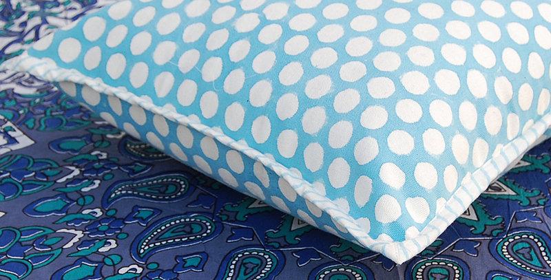 Housse de coussin bleu blanc motif points