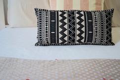 Coussin motif ethnique noir et blanc