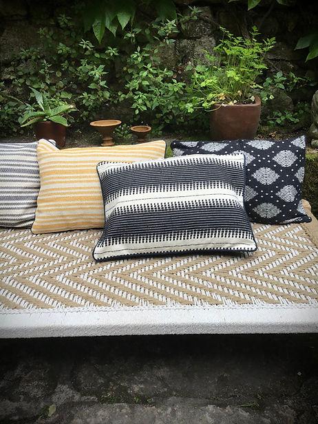 Banquette de jardin inspirée du charpoy indien et agrémentée de coussins (batik, brodé, blockprint)
