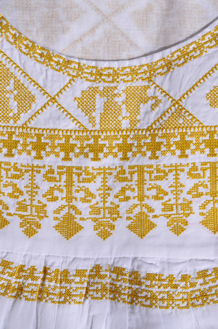 Larobe mexicaine or et blanc