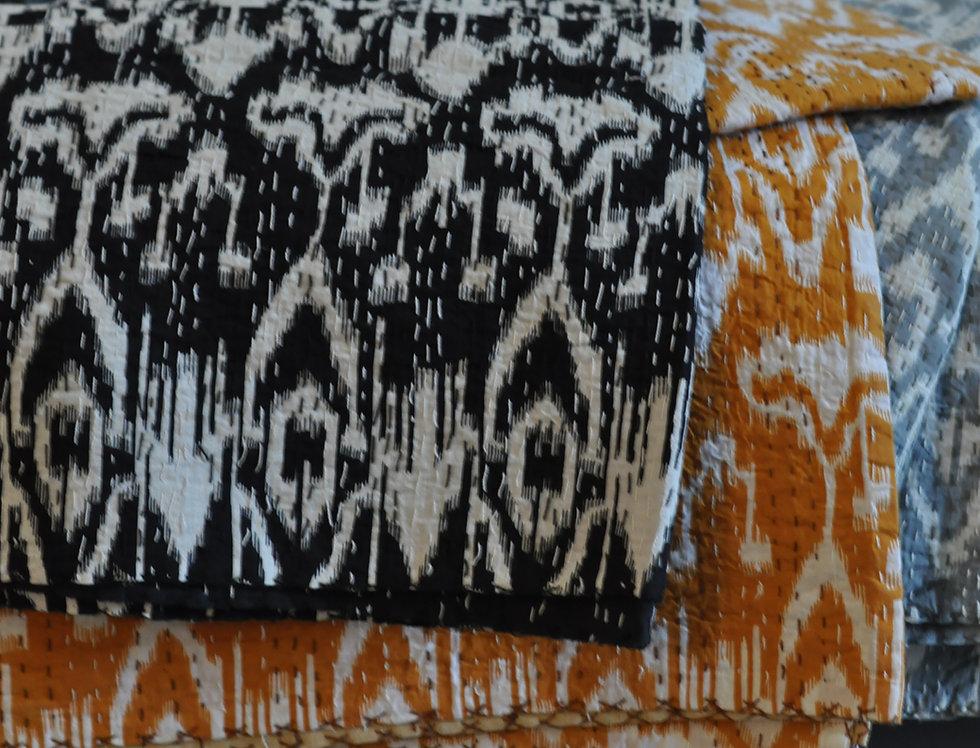 """Couvre lit """"ikat"""" courtepointe motif ikat noir et blanc"""