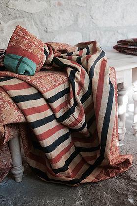 Superbe plaid fabriqué à l'aide de saris anciens assemblés entre eux.
