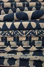 nappe batik indien/nappes indigo faites à la main technique cire comme le batik africain/technique impression à la cire/tissus indienstraditionnels/indigo/appelé aussi Shibori/batik japonais/tissus indigo imprimés artisanalement/plaids indigo pouvant aller sur un bout de lit/jeté de canapé/chemin de table/tradition indienne/Le batik est une technique d'impression des étoffes qui existe depuis des millénaires. On trouve cette technique dans plusieurs communautés d'Afrique de l'Ouest, du Moyen-Orient et d'Asie. Le mot « Batik » a pour racine le mot Javanais Titik, qui signifie « point » et il correspondrait à « ce qui se dessine, ce qui se peint ».  Le Batik Javanais est très élaboré et c'est tout naturellement que le Batik Indonésien a été inscrit en 2009 au Patrimoine Culturel Immatériel de l'Humanité *. Certains chercheurs affirment que cette technique aurait ses origines en Inde. tissu Inde tradition du nord de l'Inde. Tissu pour confection vêtements. vente pro tissus indiens