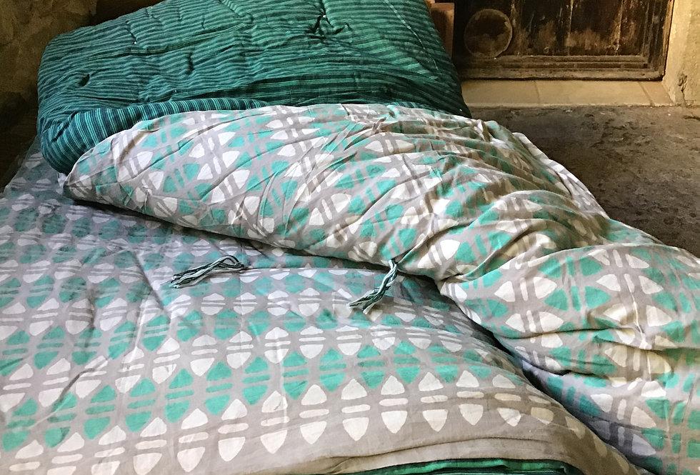 Edredon/courtepointe léger tout coton réversible tons vert, gris et rou