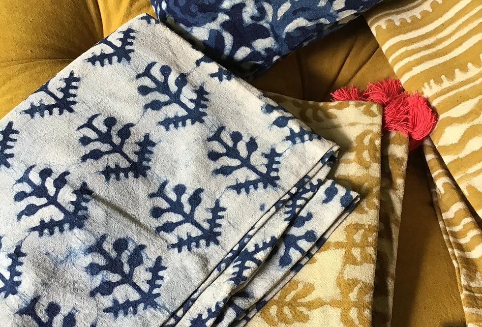 Housse de coussin blanc et bleu/motifs chardons/tissu batik h