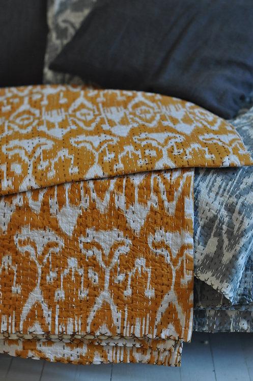 """Couvre lit """"ikat"""" courtepointe motif ikat jaune et blanc"""