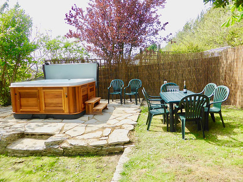 hot-tub-with-table-and-chairs_orig.jpg