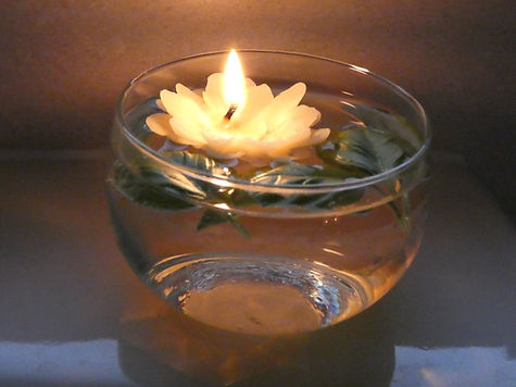 Bee-spoke Candles_Floating_Flower_Beeswax_Candle_Burning.jpg