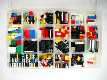 Lego organiserat i en låda med fack.