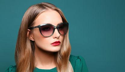 Модные очки на женщине, изображение