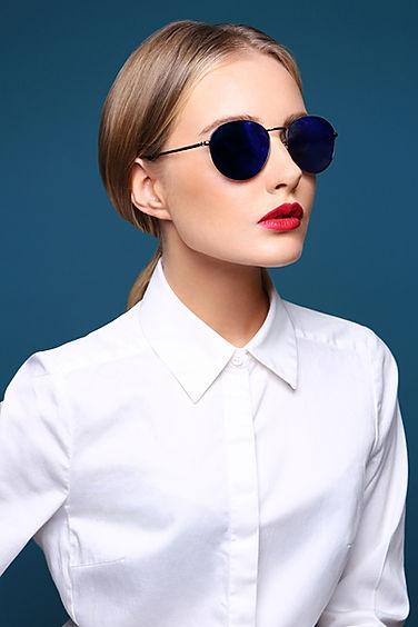 Синие кргулые солнцезащиные очки, фото на женщине