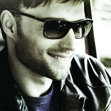 Изображение мужчины в солнцезащитных очках