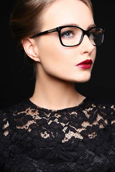 Красивая оправа для очков на женщине - изображение
