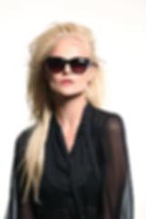 Изображение женщины в солнцезащитных очках