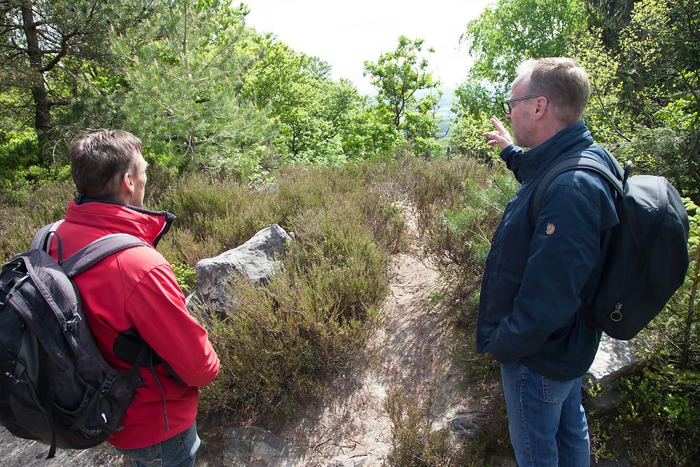 Marcus Hansen erklärt Heinz Blome die Arbeit des Wanderwegewartes