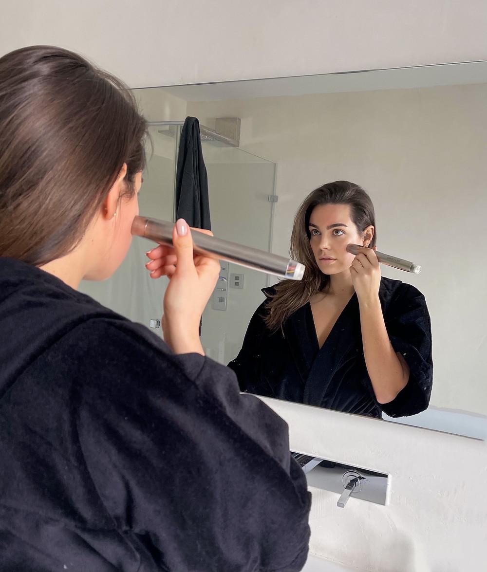 Nadine Mirada bei der Ultraschall Home–Use–Anwendung g von EWA Aesthetic. Nadine ist Yves Saint Laurent Beauty Ambassador und war Gesicht der letzten weltweiten GUESS Kampagne.