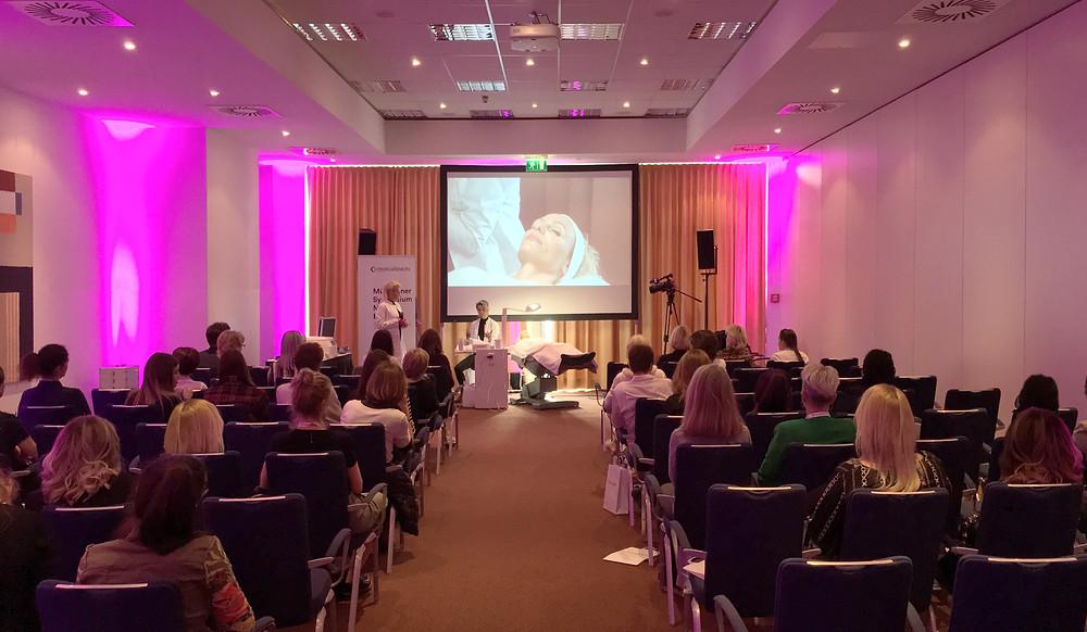 """Dermokosmetikerin Ewa Jürgens von EWA MEDICAL BEAUTY und Dr. med. Eva Maria Strobl zum Thema """"Zusammenarbeit von Medizin & Kosmetik beim MEDICAL BEAUTY SYMPOSIUM MÜNCHEN. EWA MESICAL BEAUTY ist dein Premiumstandort für Hydrafacial, is Clinical und Reviderm Kosmetik in München, Ludwigsvorstadt."""
