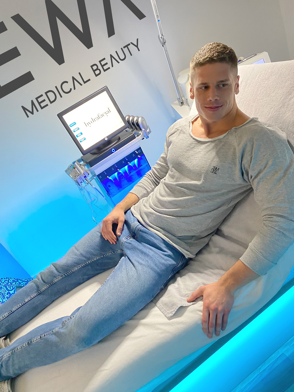 DJ ZoomLike schwört auf Hydrafacial in München bei Ewa Jürgens. EWA MEDICAL BEAUTY - Premiumstandort für Hydrafacial und Reviderm Kosmetik in München.