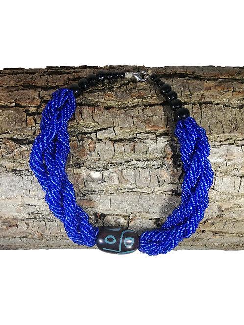 Collier de perles bleue ras du cou