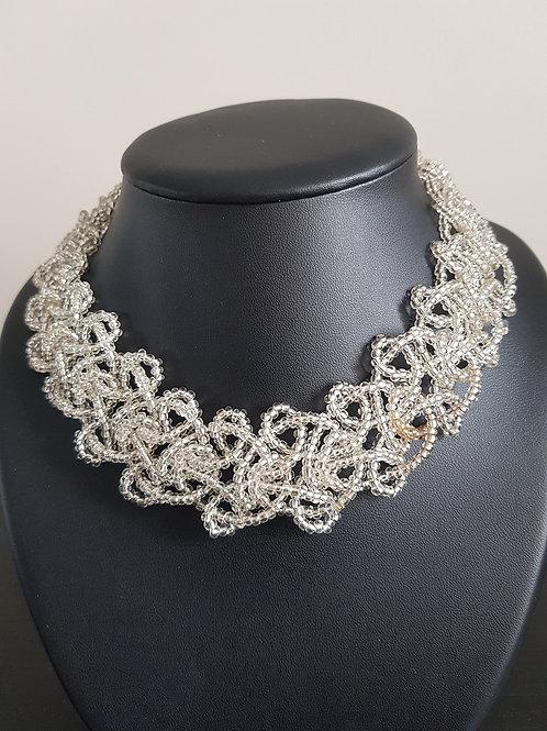 Collier de perles blanches ras du cou