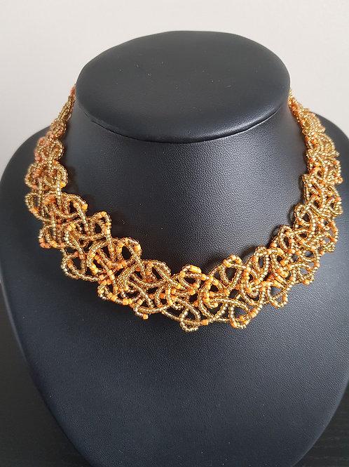 Collier de perles dorées et orange ras du cou