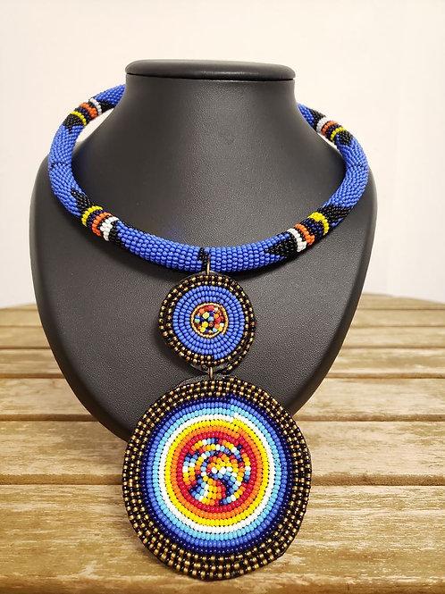 Collier de perles bleu ras du cou.