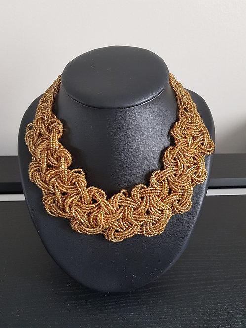 Collier de perles dorées tissé et tressé