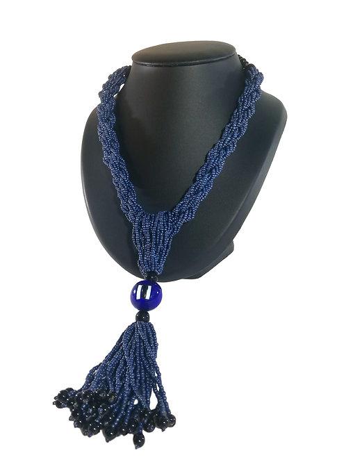Collier de perles bleues foncés