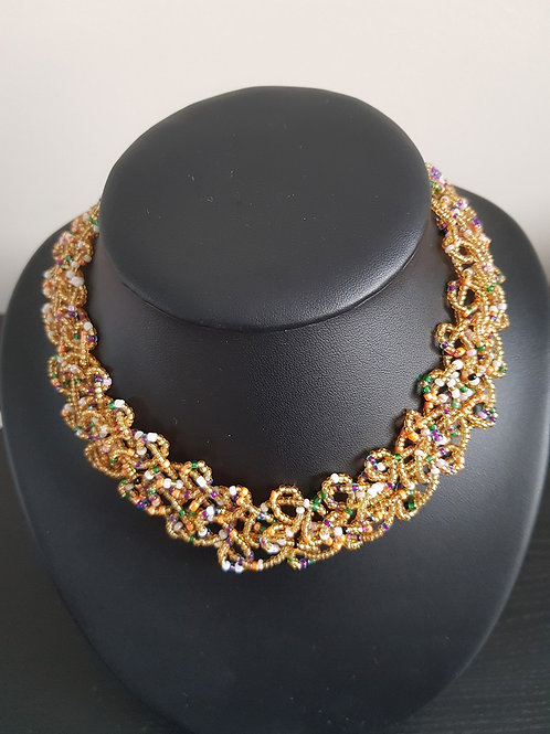 Collier de perles multicolores ras du cou