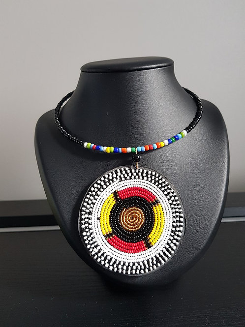 Collier de perles noires ras du cou.