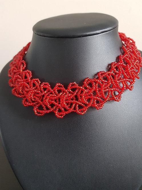 Collier de perles rouges ras du cou