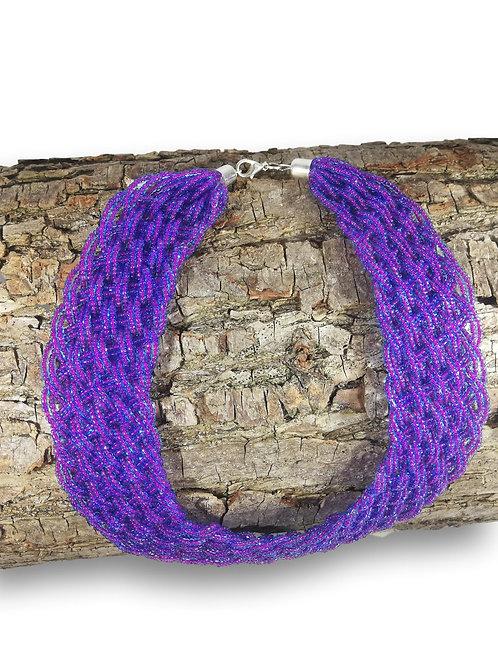 Collier de perles violet tressé