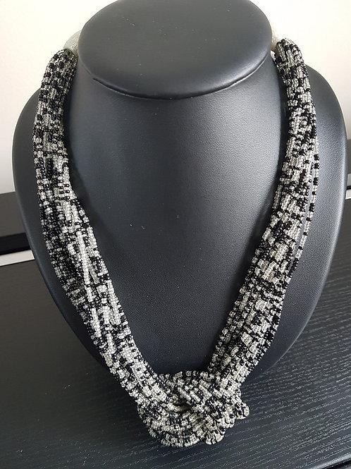Collier de perles noires et transparentes à nœud