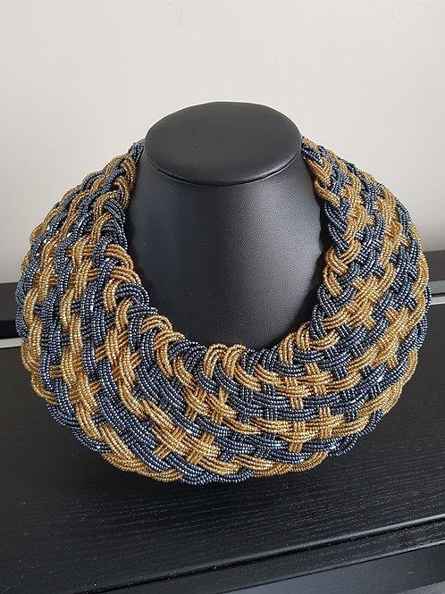 Collier de perles dorées et grises ras du cou